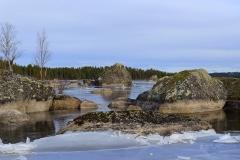 BJG3963-20 Klippblock infrusna i isen på sjön Ljugaren